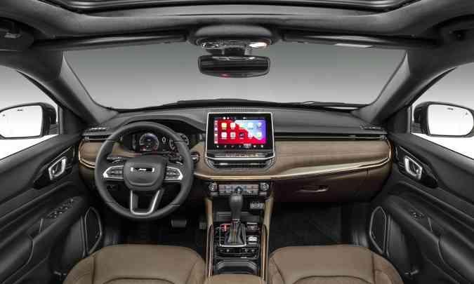 O acabamento interno é de boa qualidade, com couro nos bancos e no painel, e a tela do multimídia é de 10,1 polegadas(foto: Jeep/Divulgação)