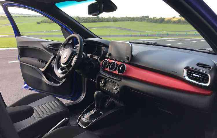 Trio de mostradores atrás do volante funcional foi uma boa aposta - Jorge Moraes/DP