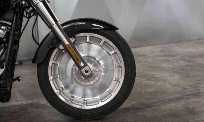 As rodas são maciças, com apliques simulando raios(foto: Harley-Davidson/Divulgação)