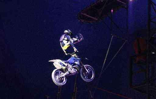 Freestyle, manobra radical com a motocicleta, faz parte da apresentação - Ricardo Fernandes/DP