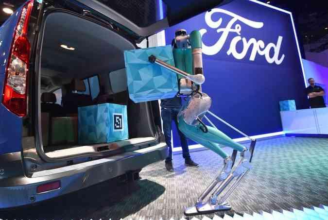 Ford destacou o robô entregador Digit, um humanoide com braços, pernas e uma pequenina cabeça (foto: David Becker/AFP)