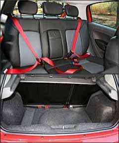 Banco traseiro tem três encostos de cabeça, mas porta-malas chega a ser menor do que o do Fiat Palio - Marlos Ney Vidal/EM - 4/10/07