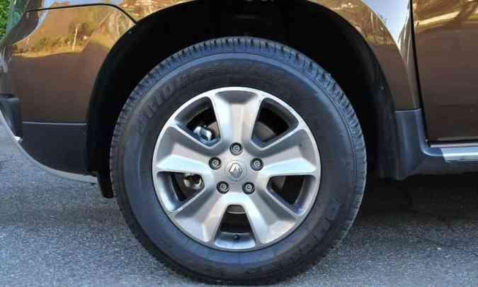 A versão é equipada com rodas de liga leve de 16 polegadas e pneus na medida 215/65(foto: Gladyston Rodrigues/EM/D.A Press)
