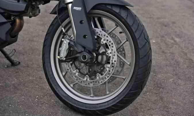 As rodas são em liga leve, com aro dianteiro de 19 polegadas de diâmetro(foto: Johanes Duarte/Ducati/Divulgação)
