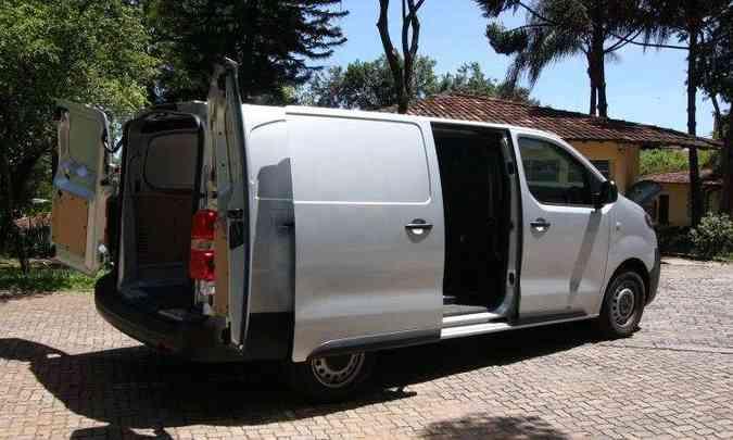 Porta lateral deslizante permite acomodar carga pesada no fundo do compartimento com o auxílio de uma empilhadeira(foto: Edésio Ferreira/EM/D.A Press)