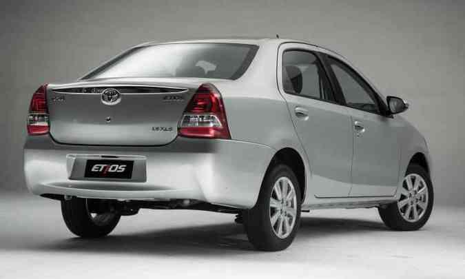 Calotas e rodas com novo desenho, além de antena menor, são únicas alterações no visual(foto: Toyota/Divulgação)