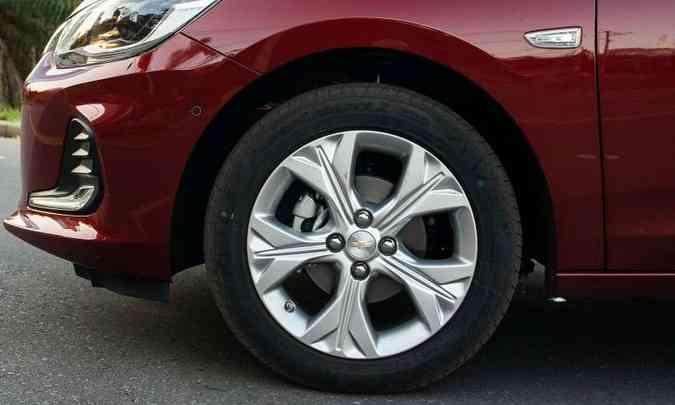 As rodas são de liga leve de 16 polegadas, calçadas com pneus 195/55 R16(foto: Jorge Lopes/EM/D.A Press)