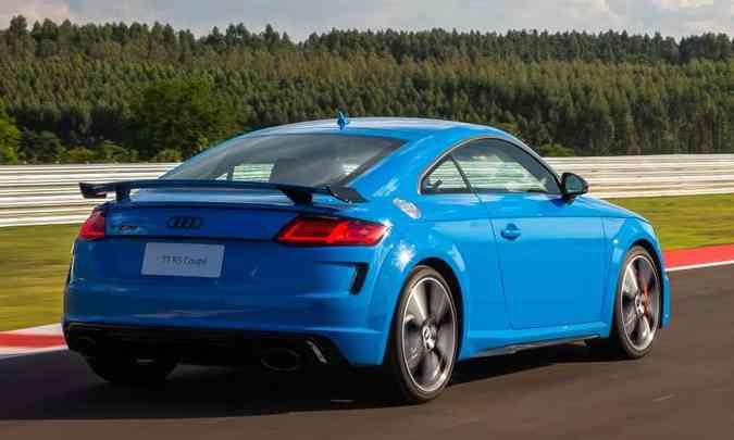 Destaques na traseira: a nova asa fixa e as duas saídas ovaladas do escapamento(foto: Audi/Divulgação)