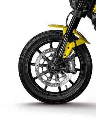 As rodas são de liga leve, calçadas com pneus mistos(foto: Mario Villaescusa/Johanes Duarte/Ducati/Divulgação)