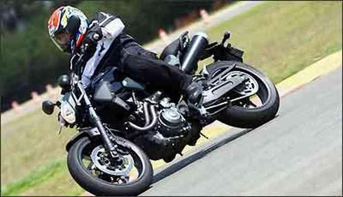 Moto tem curta distância entre-eixos, proporcionando agilidade nas curvas(foto: Fotos: Mário Villascusa/Yamaha/Divulgação)