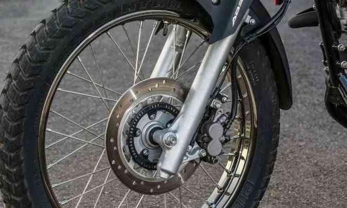 Freio dianteiro tem disco de 240mm e sistema ABS(foto: Caio Mattos/Honda/Divulgação)