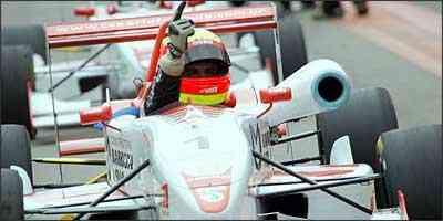 O piloto mineiro Clemente Jr. comemora o título da temporada 2007 da Fórmula 3 Sul-Americana - Orlei Silva/Divulgação