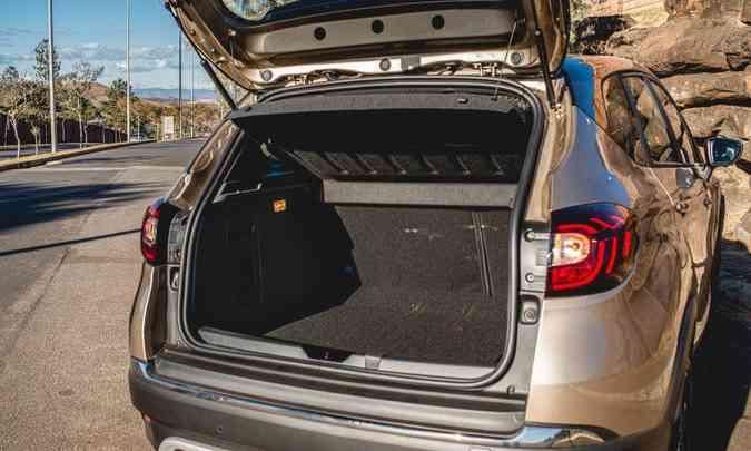 O porta-malas tem iluminação, é todo revestido com carpete e oferece bom espaço para carga(foto: Jorge Lopes/EM/D.A Press)
