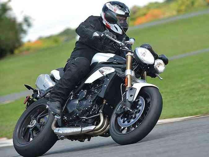 Com visual naked, a Speed Triple tem motor de três cilindrose e esportividade(foto: Sthefan Solon/Triumph/Divulgação)