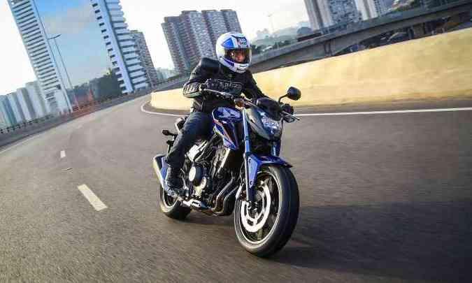 Com estilo naked, a CB 500F tem rodas de liga leve e aro de 17 polegadas na dianteira(foto: Caio Mattos/Honda/Divulgação)