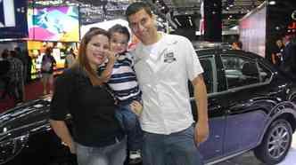 Paulo, Ana Paula e o pequeno Lucas são um dos primeiros visitantes do salão (foto: Marcello Oliveira/EM/D.A PRESS)