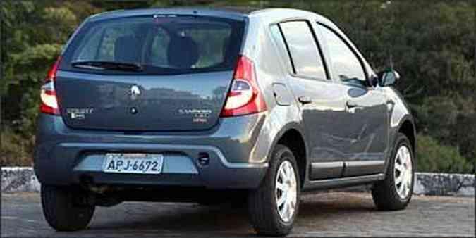 Linhas da traseira agradam bastante com lanternas bem dimensionadas e pára-choque na cor do carro