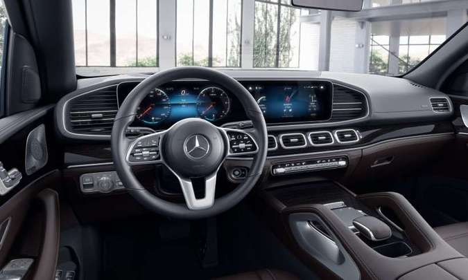Acabamento interno prima pela sofisticação dos materiais, e a tecnologia está à mão do motorista (foto: Mercedes-Benz/Divulgação)