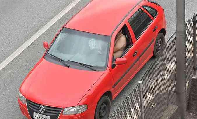 Já esse motorista não usa nem cinto nem roupa!(foto: Marcos Michelin/EM/D.A Press - 16/01/2013)