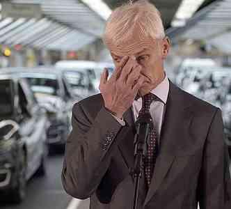 CEO da VW, Matthias Mueller, em visita recente à fábrica em Wolfsburg(foto: AFP PHOTO / ODD ANDERSEN )