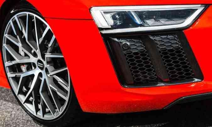 Faróis a laser garantem iluminação eficiente, enquanto as rodas aro 20 polegadas são calçadas com pneus perfil 30(foto: Audi/Divulgação)