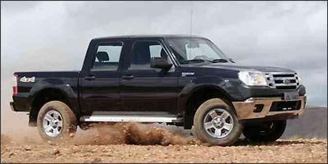 Com tração nas quatro e boa altura do solo, Ranger se sai bem no fora de estrada