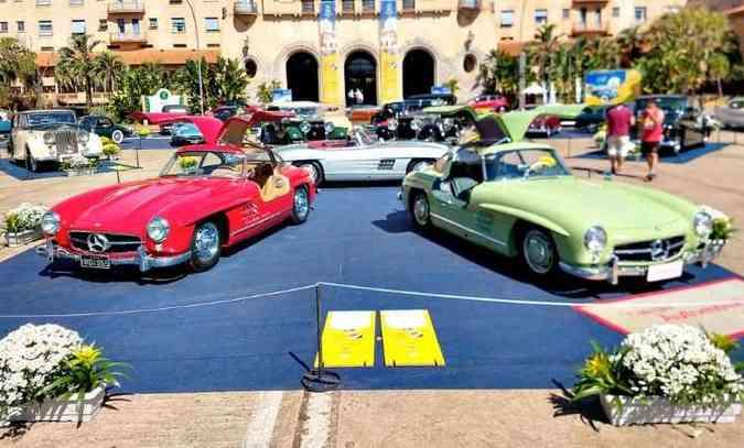 As Mercedes-Benz Asa de Gaivota chamam a atenção de quem chega ao Grande Hotel(foto: Fotos: Pedro Cerqueira/EM/D.A Press)