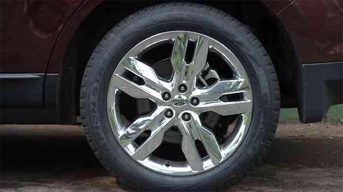 Grandes rodas de 20 polegadas com acabamento cromado reforçam o ar moderno do crossover