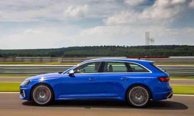 Com dimensões generosas, a perua conta com a eletrônica para se manter firme nas curvas(foto: Audi/Divulgação)