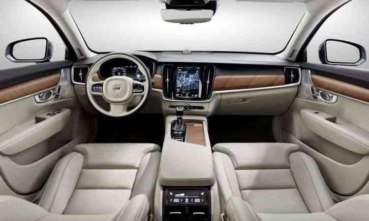 Interior tem acabamento sofisticado e muita tecnologias para deixar todos os comandos à mão do motorista - Volvo/Divulgação
