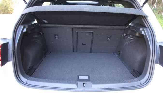 Com seus 338 litros, o porta-malas é pequeno para um carro médio(foto: Edésio Ferreira/EM/D.A Press)