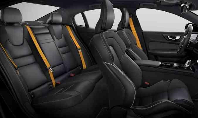 Interior espaçoso, com bancos revestidos em couro e cintos de segurança dourados(foto: Volvo/Divulgação)