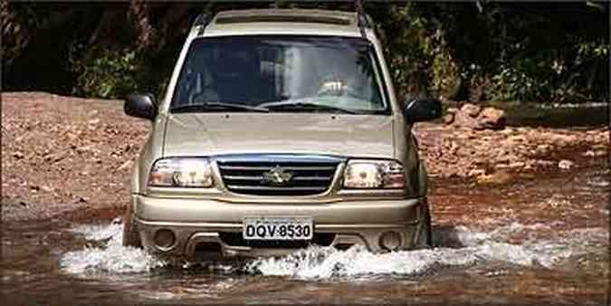 Jipe encara todos os desafios do fora-de-estrada sem cerimônia, inclusive travessia de riachos(foto: Fotos: Marlos Ney Vidal/EM - 9/3/07)