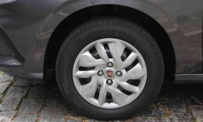 As rodas são de aço de 14 polegadas, com calotas(foto: Paulo Filgueiras/EM/D.A Press)