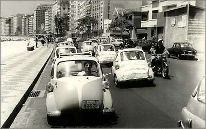 Barulho no lançamento - o modelo fez carreatas em várias cidades, como o Rio de Janeiro(foto: Fotos Fundação Romi-Isetta/Divulgação)