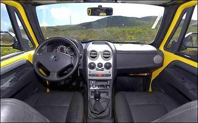 Painel tem comandos à mão, com volante e outros elementos herdados do Fiat Palio
