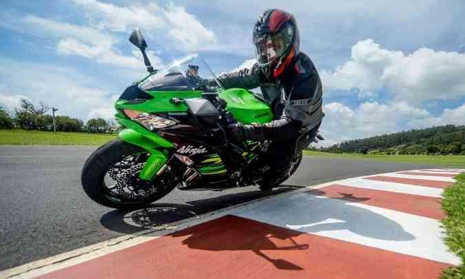 A suspensão dianteira tem garfo invertido ajustável(foto: Gustavo Epifânio/Kawasaki/Divulgação)