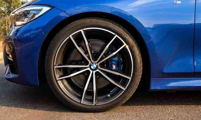 As rodas são de 19 polegadas, sendo que na frente os pneus têm medida 225/40, enquanto na traseira é 255/35(foto: Jorge Lopes/EM/D.A Press)