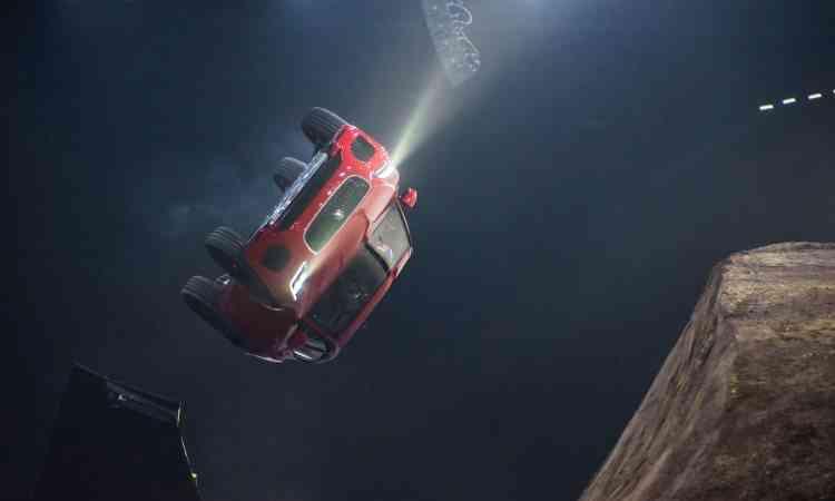 ... levando o carro à torção de 270 graus, saltando distância de 15,3 metros - Jaguar/Divulgação