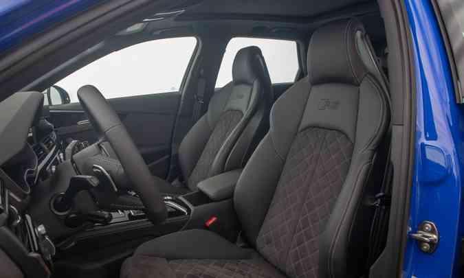 Os bancos dianteiros têm desenho esportivo e comandos elétricos, além de formato anatômico(foto: Audi/Divulgação)
