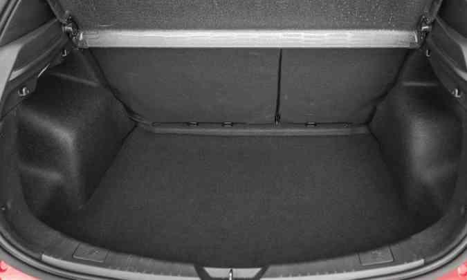 Já o Yaris hatch tem porta-malas de 310 litros(foto: Toyota/Divulgação)