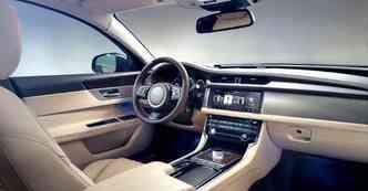 Luxo impera no interior de tonalidade clara do sedã esportivo(foto: Jaguar/divulgação)
