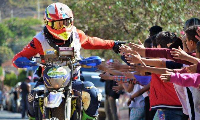 Pilotos foram festejados e interagiram com a população de Heliodora(foto: Léo Corrosivo/TCMG/Divulgação)