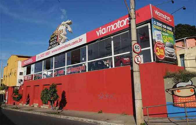Fachada da loja destaca slogan 'carro zero km mais barato do Brasil', com uma barata como personagem(foto: Beto Novaes/EM/D.A Press)