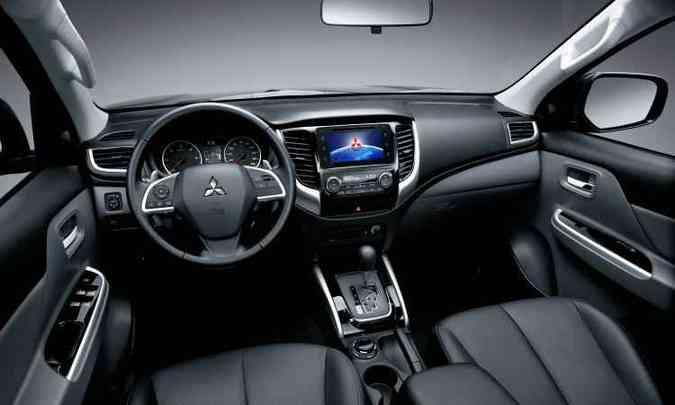 Painel tem preocupação no acabamento e bancos de couro melhoraram ergonomia para viagens longas(foto: Mitsubishi/Divulgação)