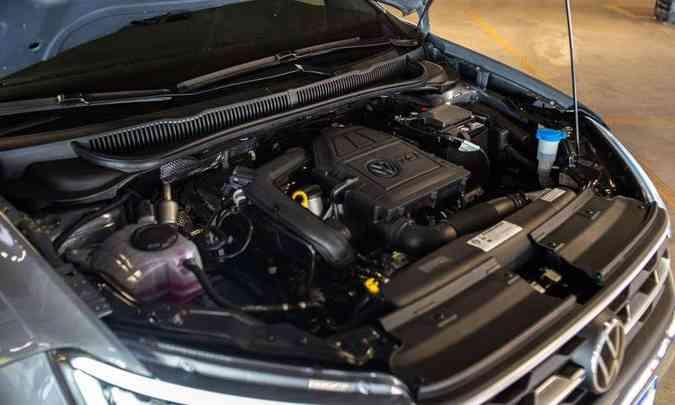 O motor garante bom desempenho, mas faltou o isolamento termo-acústico do capô(foto: Jorge Lopes/EM/D.A Press)