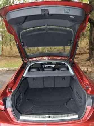 Porta-malas tem abertura e fechamento elétricos e volume de 480 litros de capacidade(foto: Jair Amaral/EM/D.A Press)
