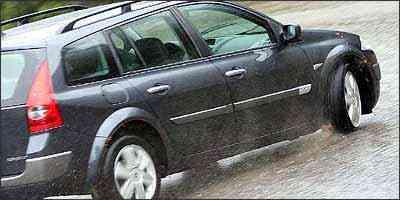 Pneus de modelos diferentes no carro provocam desequilibrio em freada ou curva - Marlos Ney Vidal/EM - 5/1/07