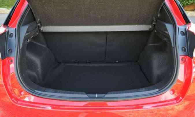 Com 310 litros, o porta-malas tem tamanho razoável para um hatch compacto(foto: Ramon Lisboa/EM/D.A Press)