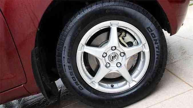 Rodas de liga leve e freio a disco nas quatro